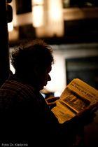 Nächtlicher Zeitungsleser in Paris