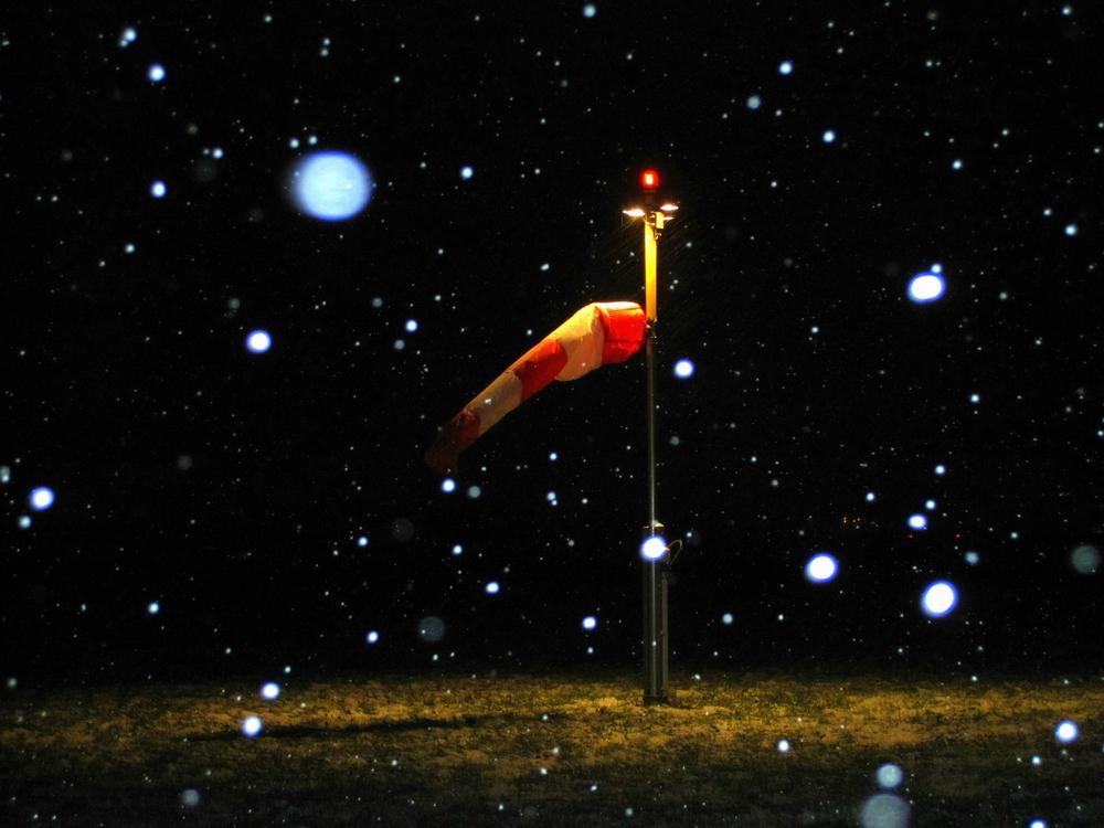 Nächtliches Schneetreiben rund um den Windsack..