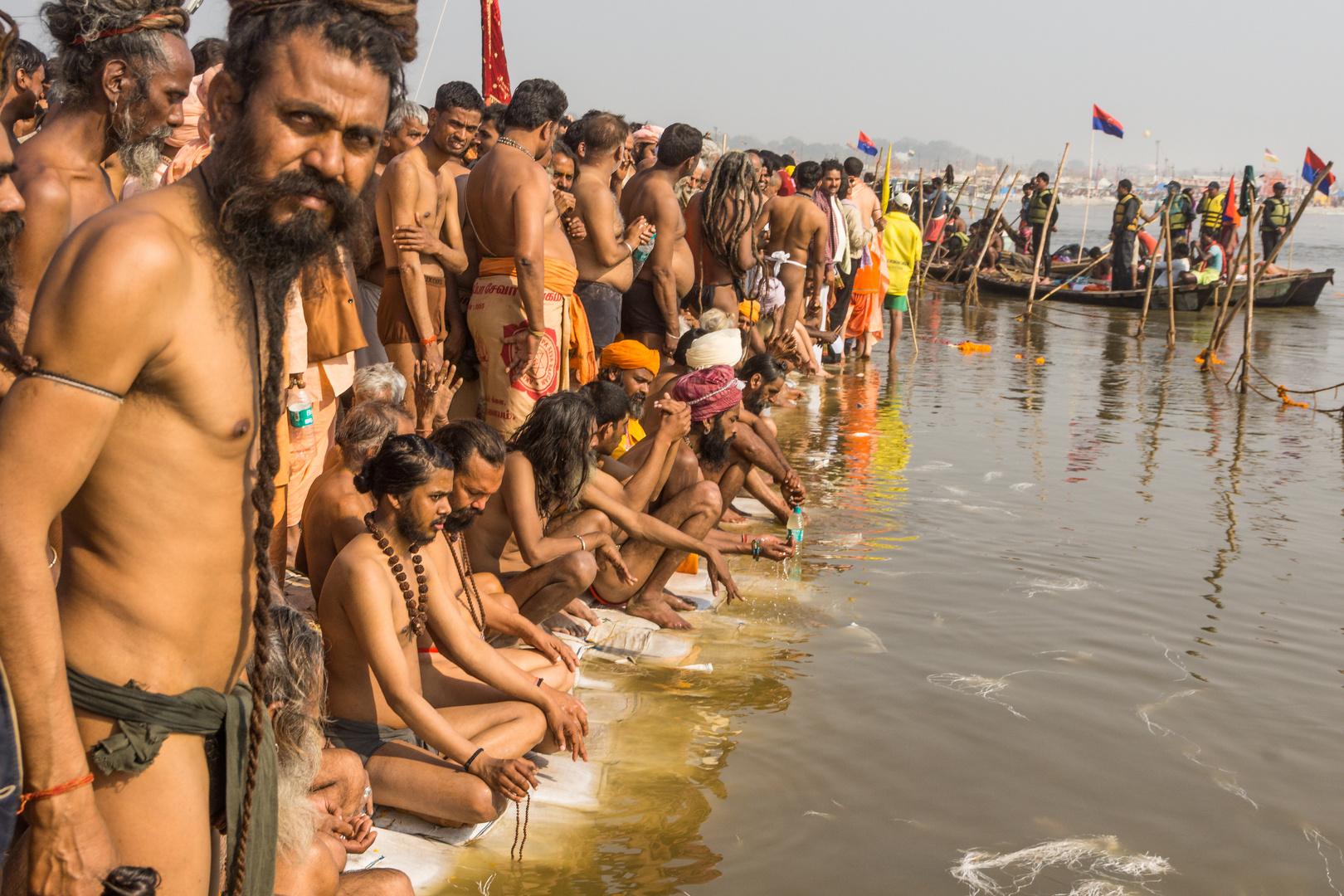 Naga Babas warten auf das heilige Bad auf der Kumbh Mela 2013