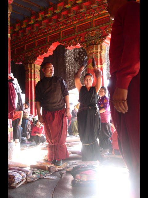 Nahe zum Tor des Jokhang Tempels in Lhasa.