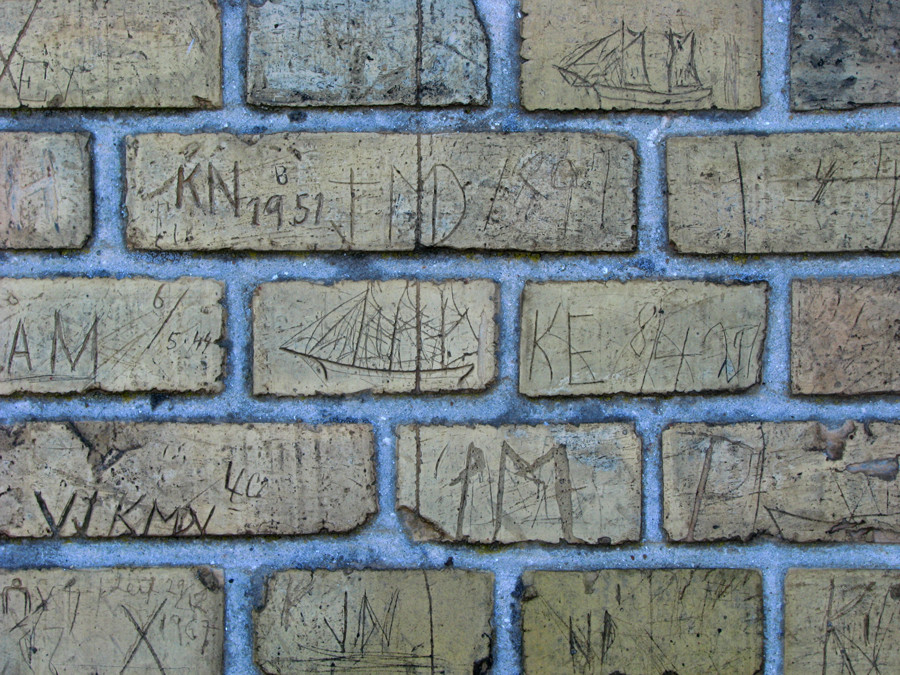 Namen und Schiffe in Stein
