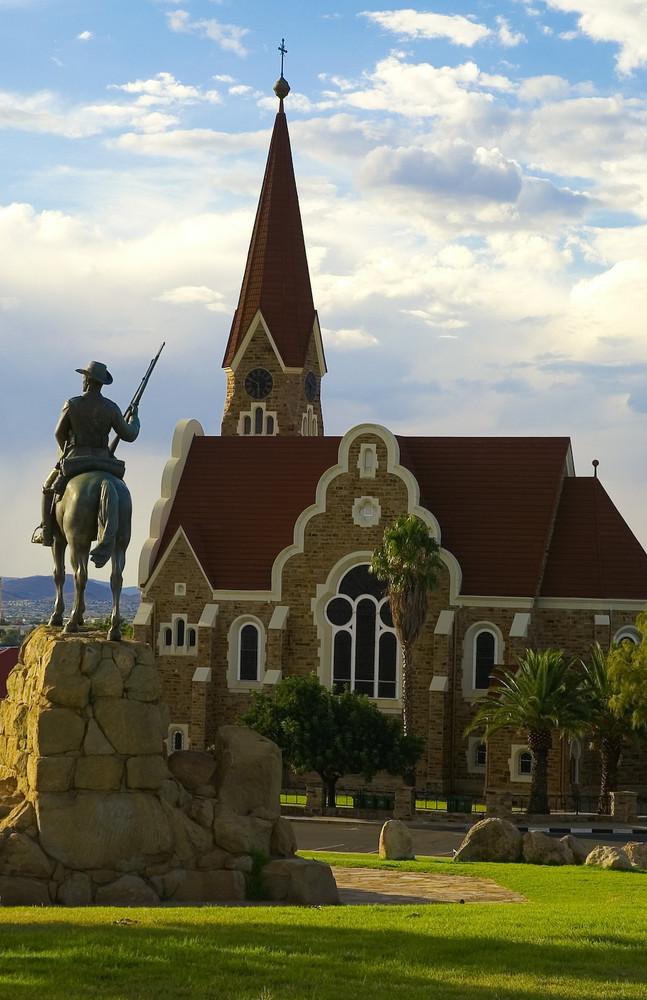 Namibia - Windhoek, Reiterdenkmal zwischen Alter Feste und Christuskirche
