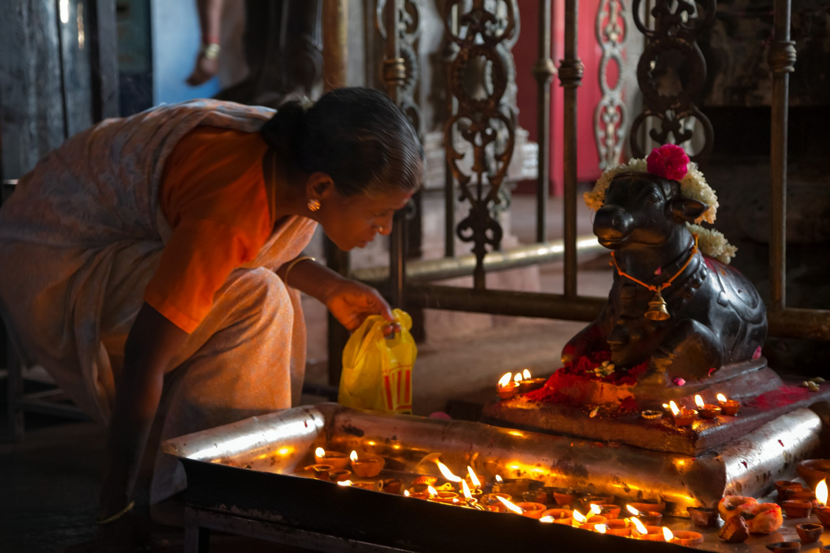Nandi vénéré devant l'entrée du lieu saint de Meenakshi