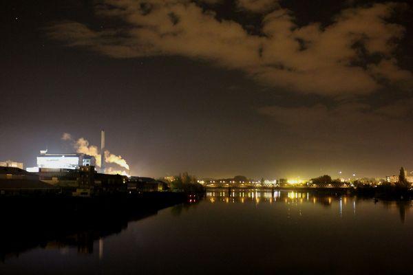 Nantes la nuit vue de la Loire et usine Beguin Say