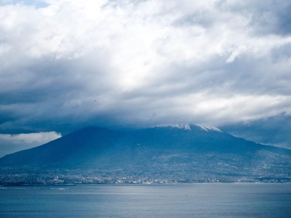 Napoli - Il Vesuvio ammantato di nubi