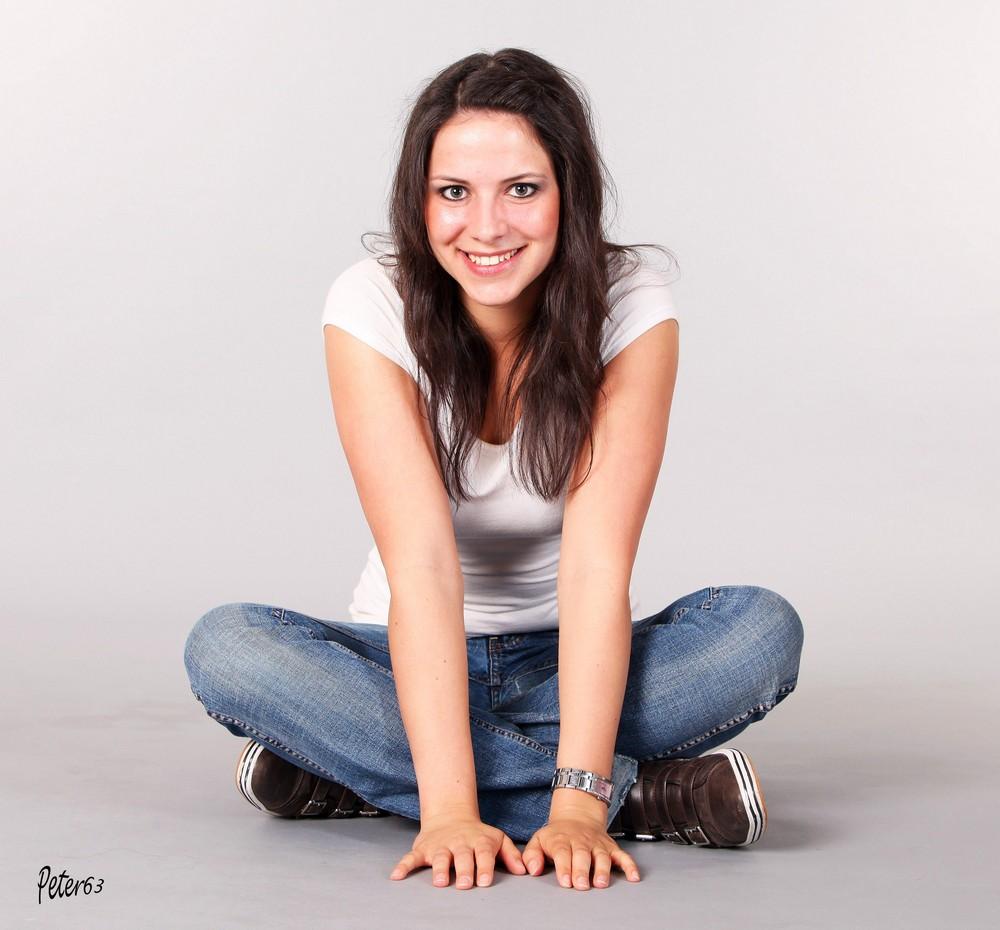 Nathi in Jeans sitzend 1