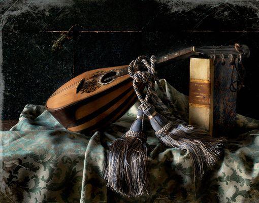 natura morta con il mandolino e geco curioso