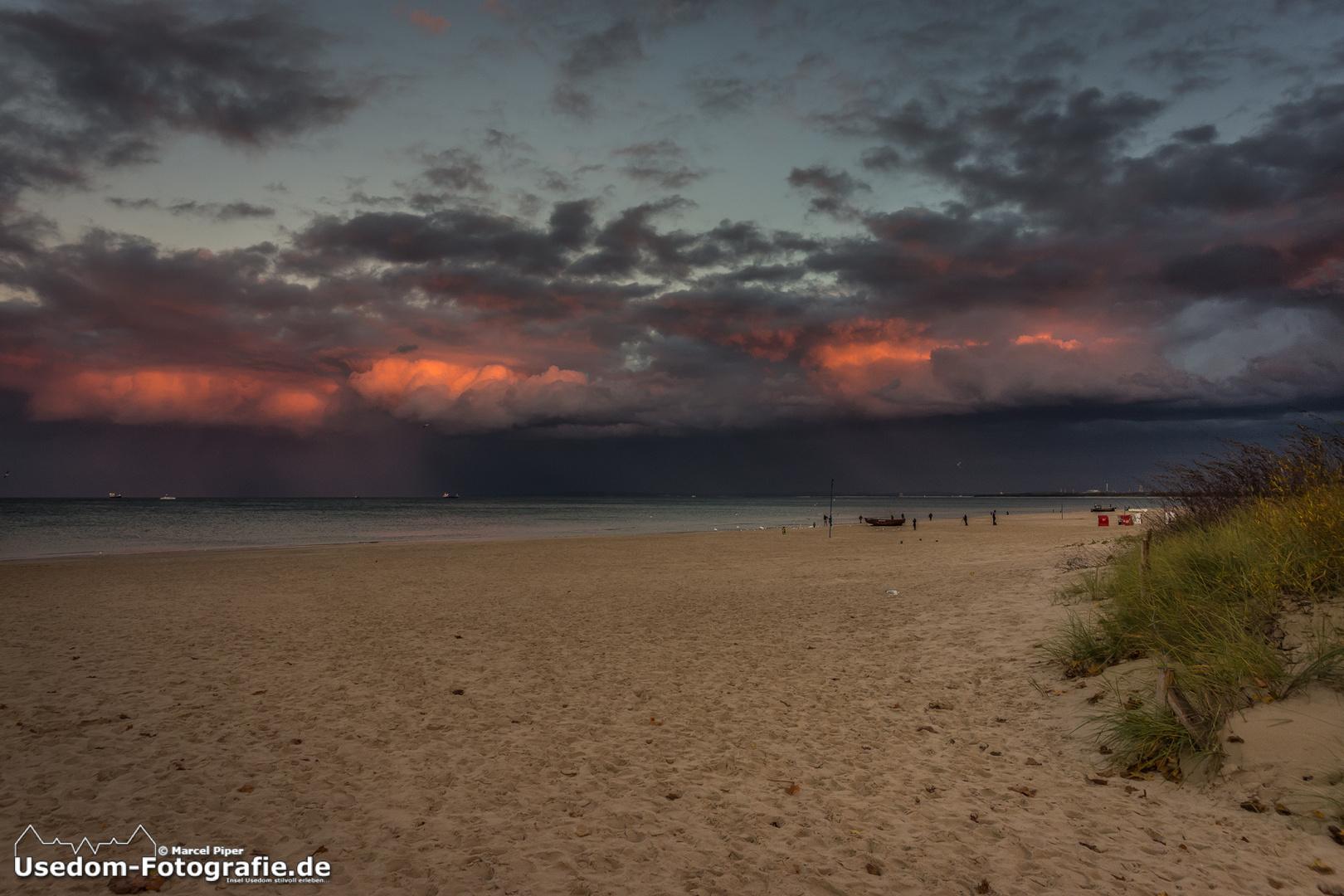 Naturschauspiel beim Sonnenuntergang über der Ostsee.
