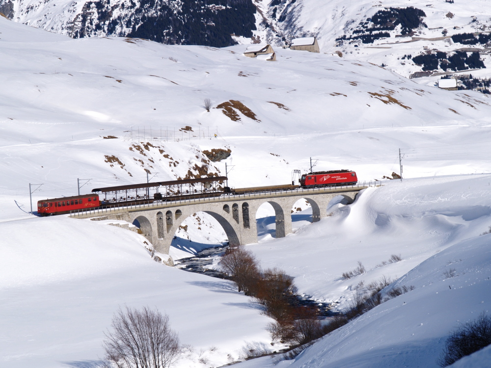 Navette automobile de L'Oberalp Pass approchant Andermatt