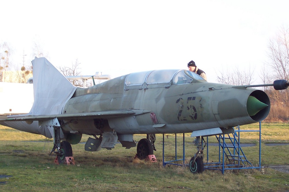 ne halb verhüllte MiG 21 Doppelsitzer