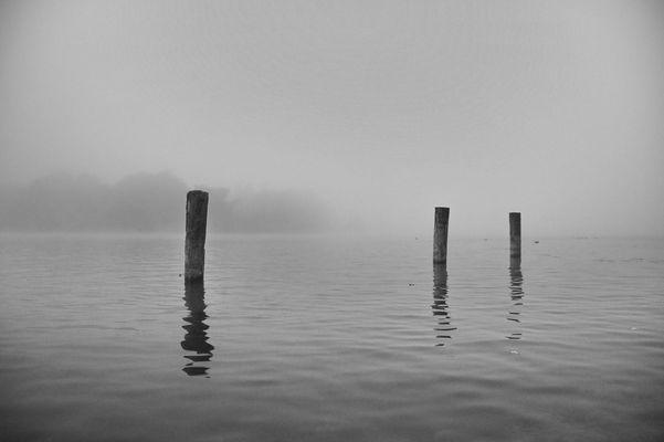 Nebel am frühen Morgen, bevor die Sonne am Himmel erscheint