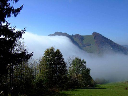 Nebel fliesst über Hügelgrat