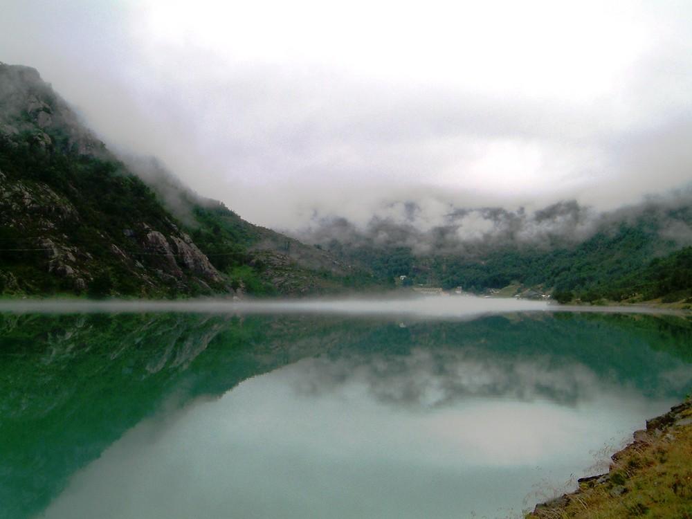 Nebel zieht in den Fjord (Norwegen)