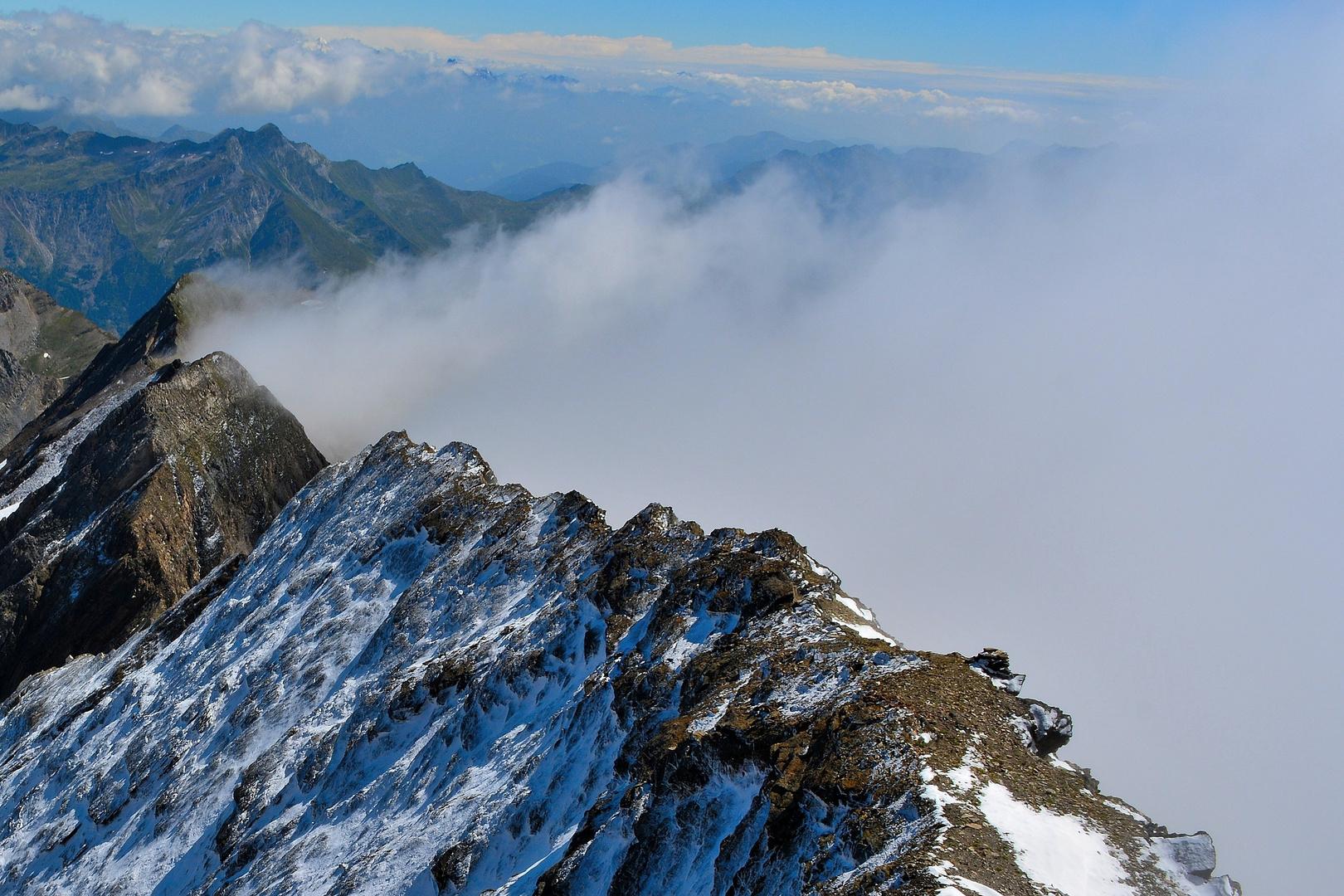 Nebelschwaden am eisigen Grat