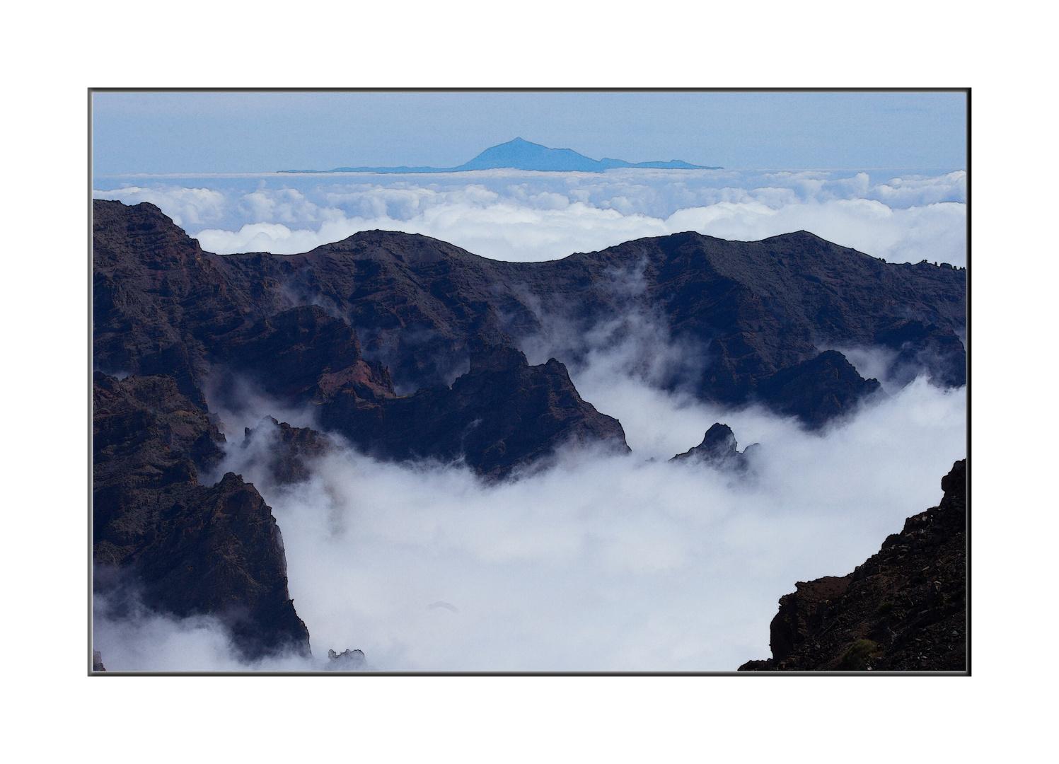 Nebelverhangene Vulkanlandschaft