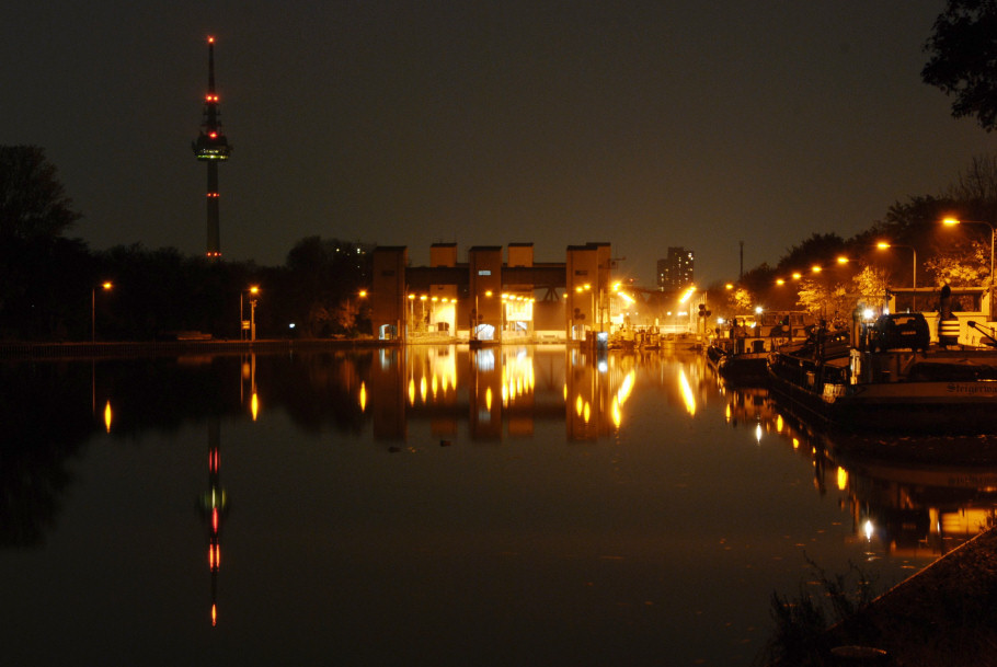 Neckarschleuse bei Nacht