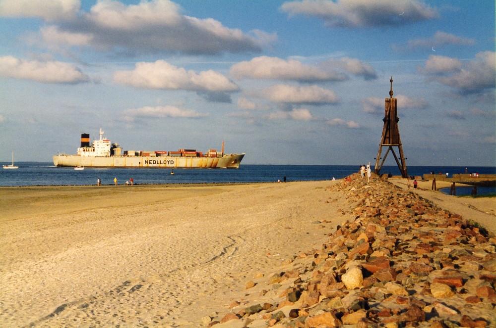 Nedlloyd Container - Frachter passiert die Kugelbake bei Cuxhaven