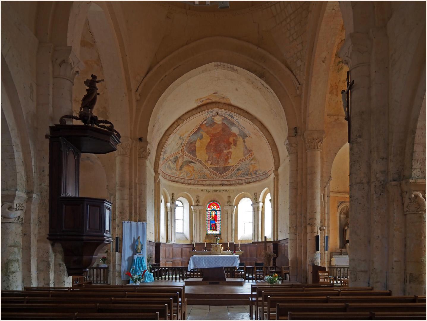 Nef et choeur de l'Eglise Saint-Maurice  (XI –XIIèmes ) --  Saint-Maurice-la-Clouère (Vienne)