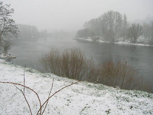 Neige sur la rivière