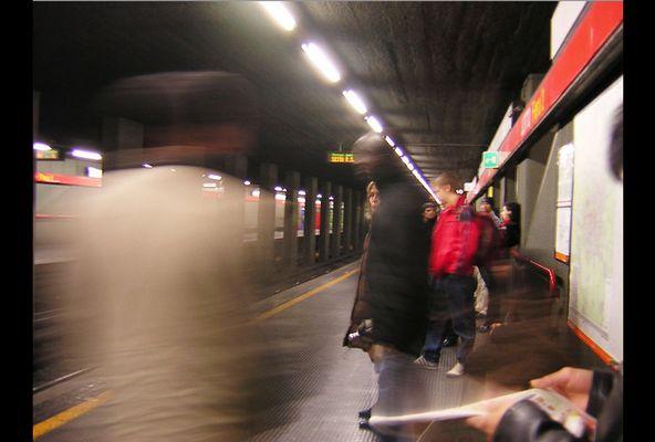 nella stazione di metro a milano