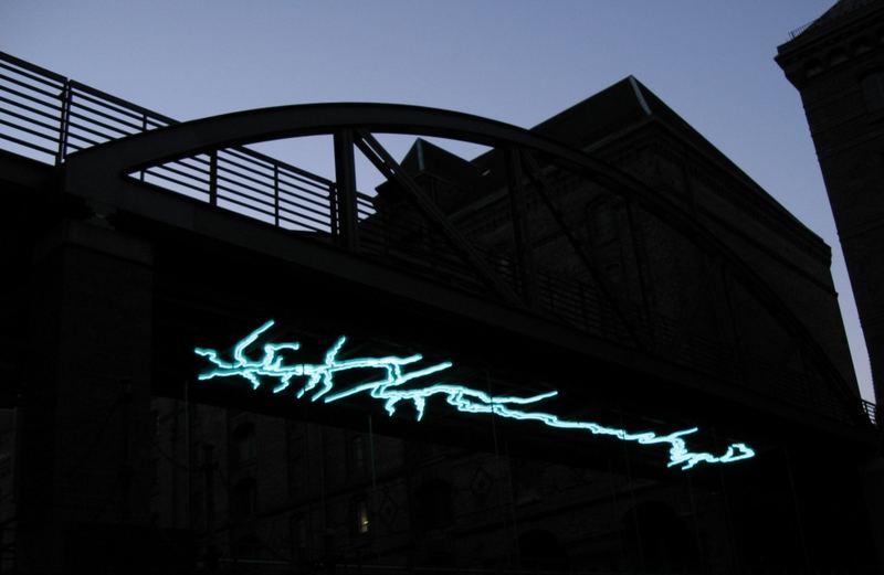 Neon unter Bücke