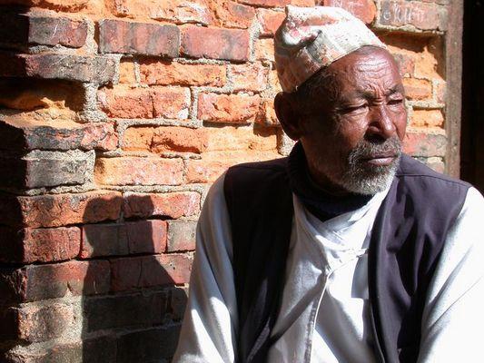 Nepali vor Mauer