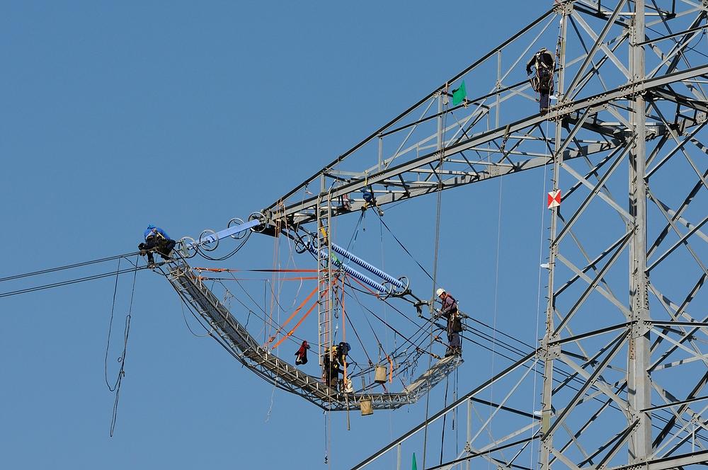 Nerven wie Drahtseile, in 80 m Höhe hier, wird eine neue Stromtrasse bei Kaiserslautern errichtet.