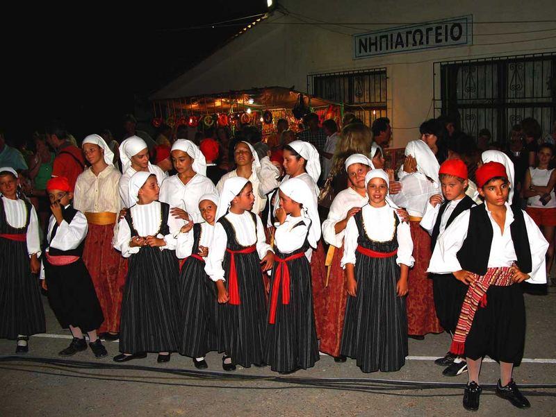 Nervös vor dem Auftritt...Junge Tänzer aus Kokkari/Samos /Greece