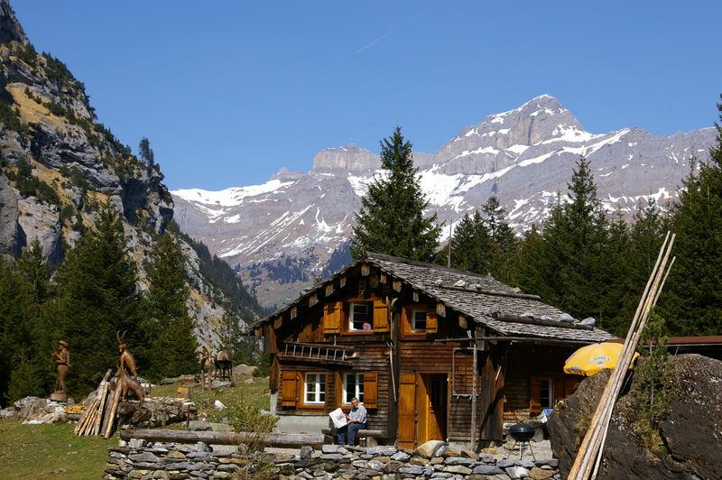 Nette Hütte mit Schnitzerreien im hinteren Schächtental