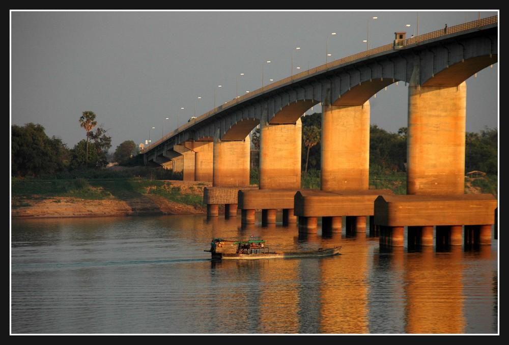 Neue Brücke über den Mekong