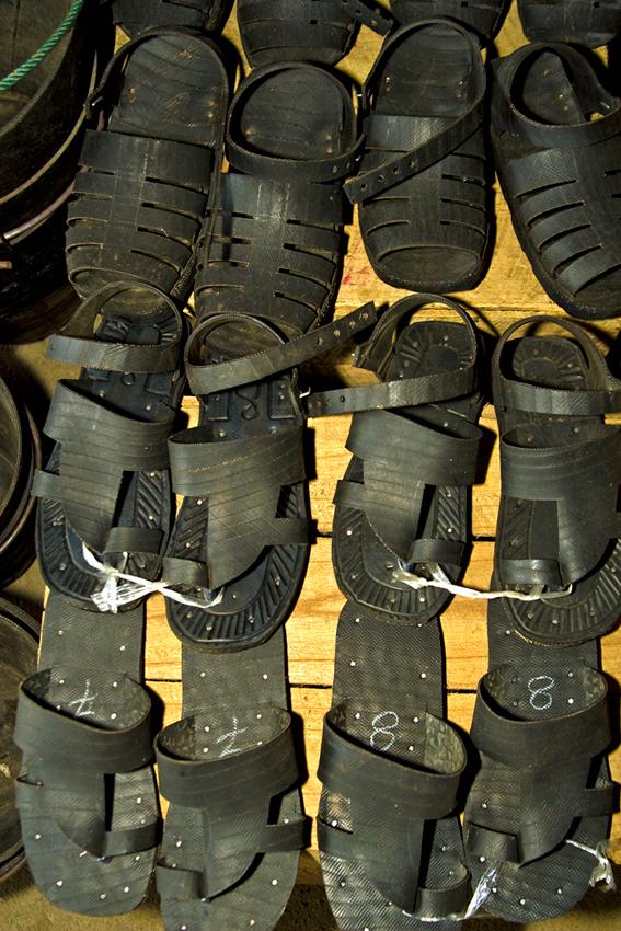 Neue Sandalen aus alten Autoreifen.
