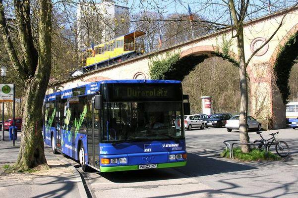 Neuer Bus und alte Bergbahn