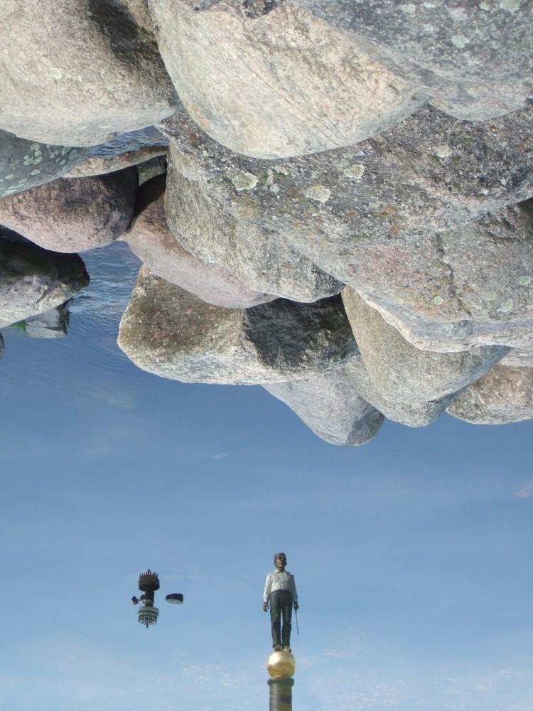 Neuer Tiergarten Kleve, Spiegelung des Neuen Eisernen Manns im Springbrunnenbecken - 14. April 2007