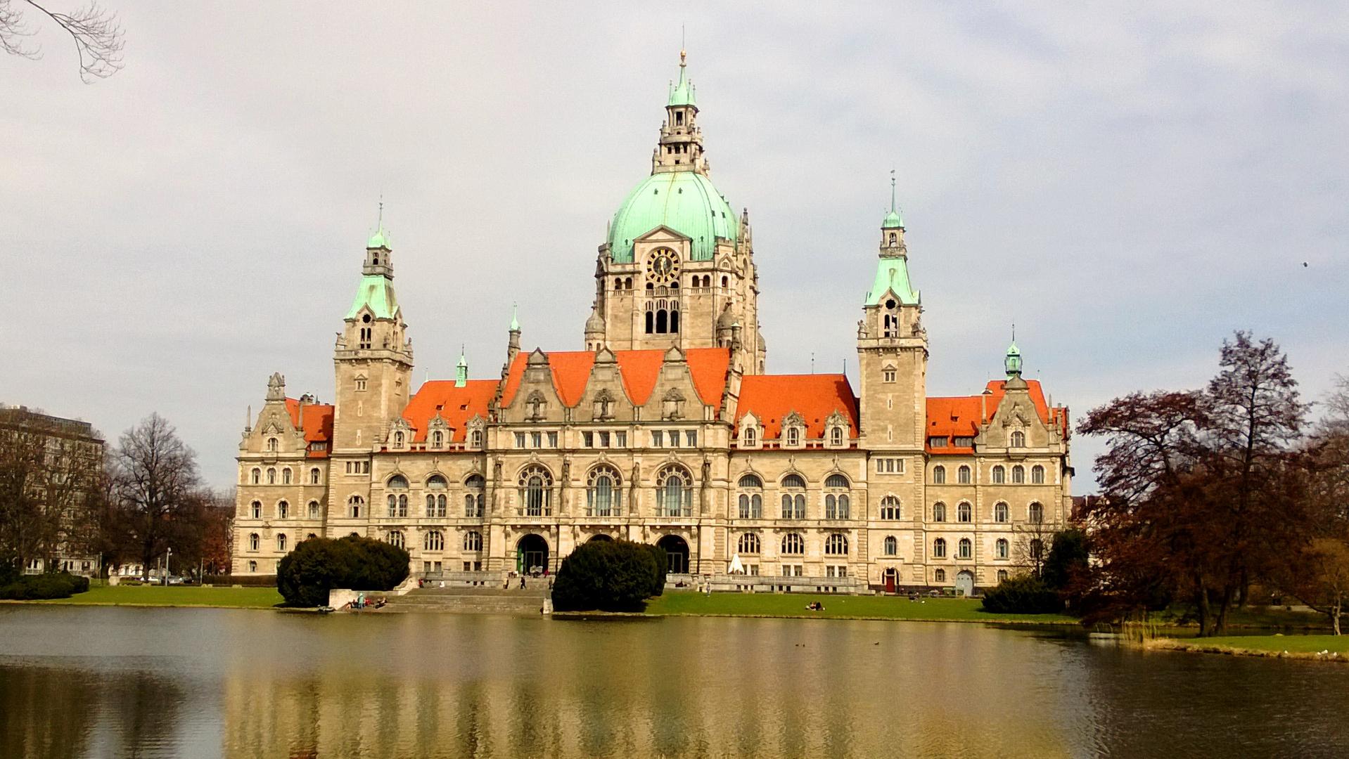 Neues Rathaus Hannover zu Beginn des Frühlings