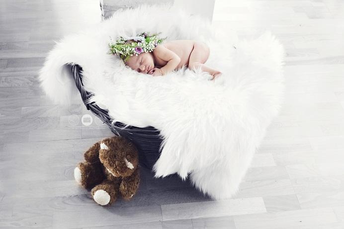Neugeborenes im Körbchen