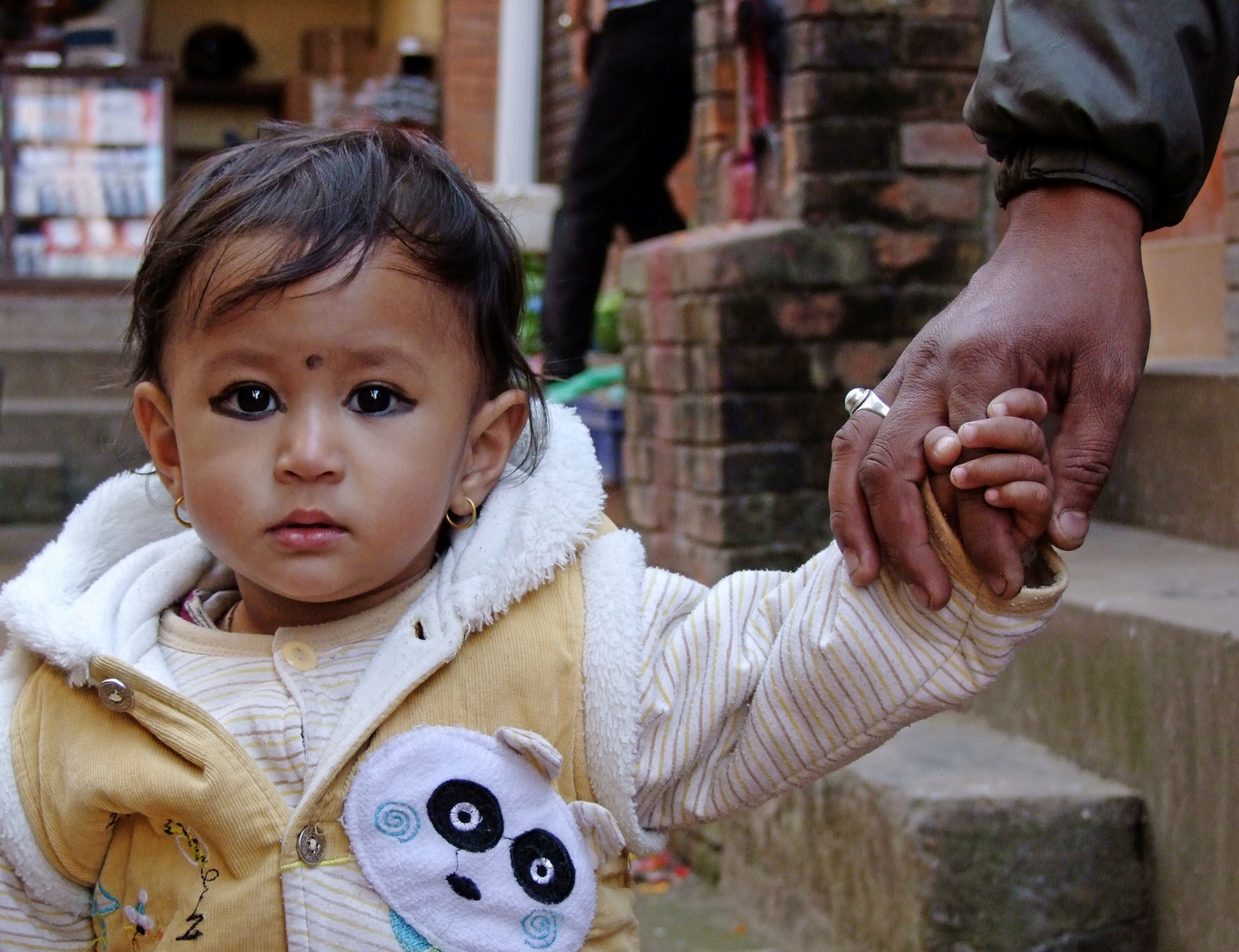 Neugierig - kleines Hindumädchen in Kathmandu