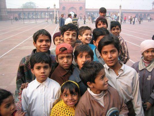 Neugierige Kinder vor Jama Masjid Delhi