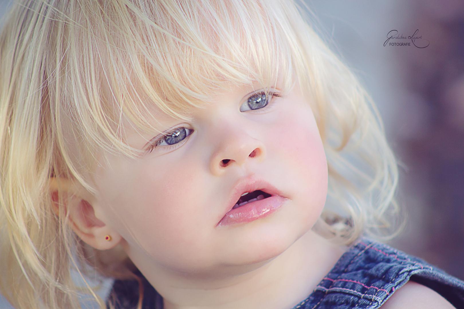 Neugierige süße Mia