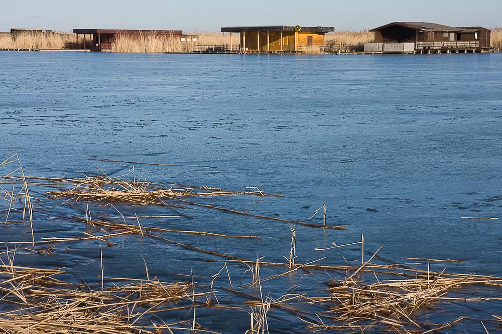 Neusiedlersee im Eis mit hohem Horizont