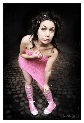 Neutraler Gesichtsausdruck in rosa Designerfummel.