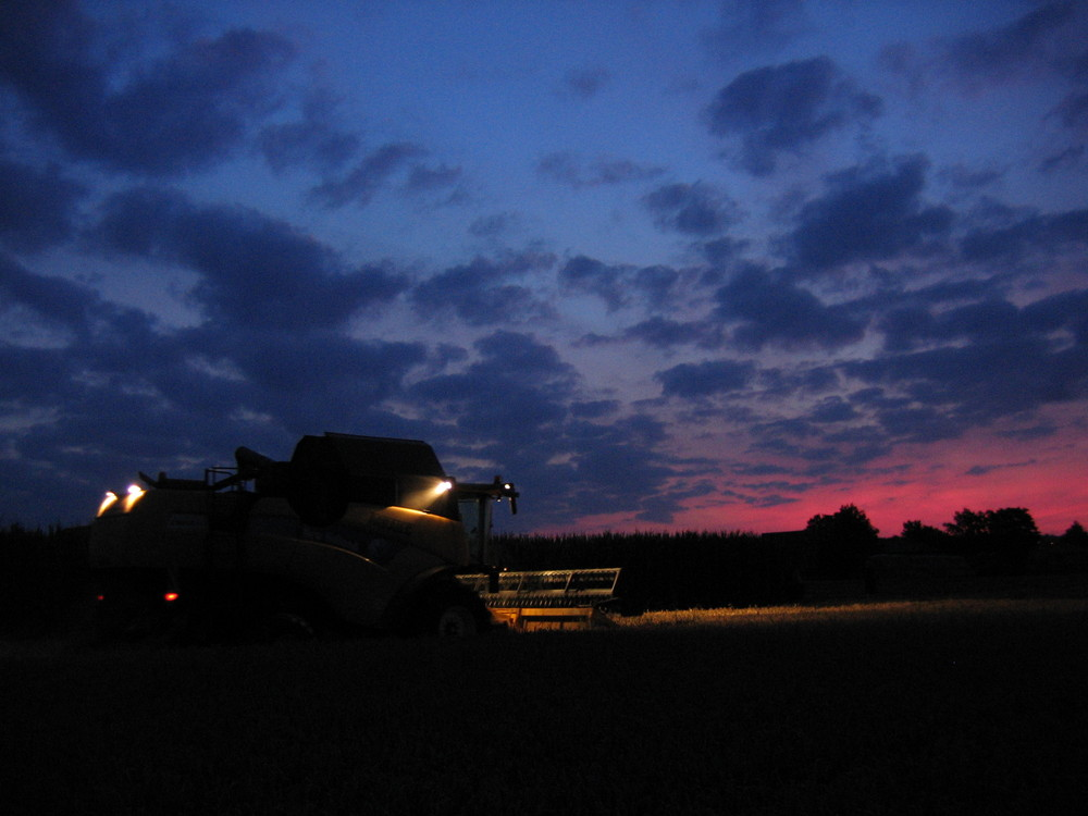 New-Holland bei Sonnenuntergang