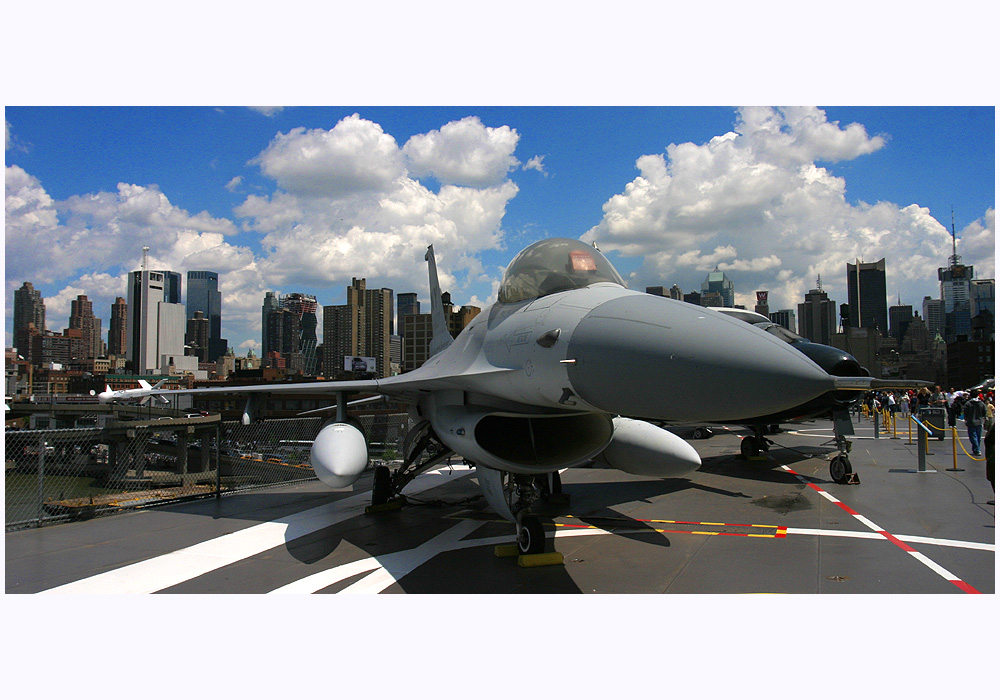 New York: F16 im Sea, Air and Space Museum