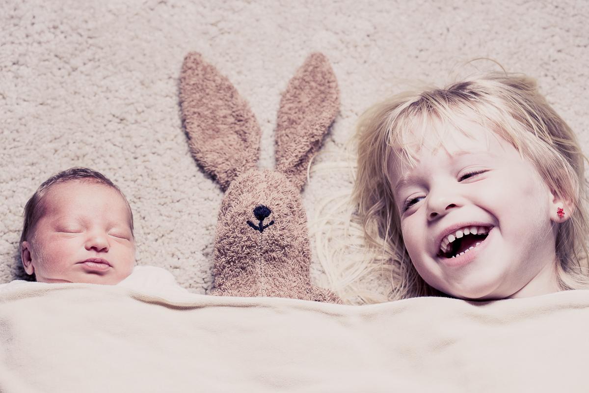 Newborn mit großer Schwester