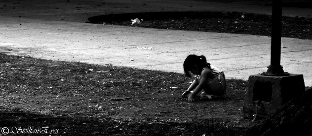 Niña jugando en la soledad