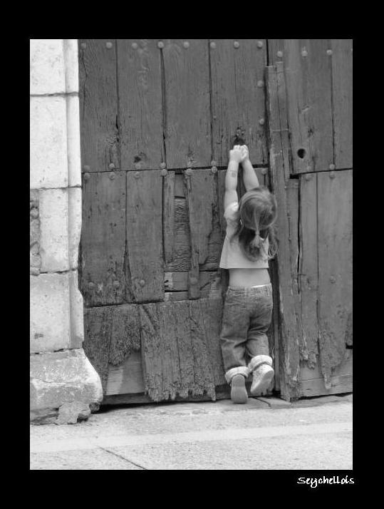 ¡Niña que la puerta no esta para tanto trote!