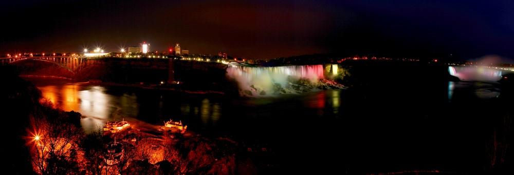 Niagarafälle bei Nacht (Panorama [HDR])