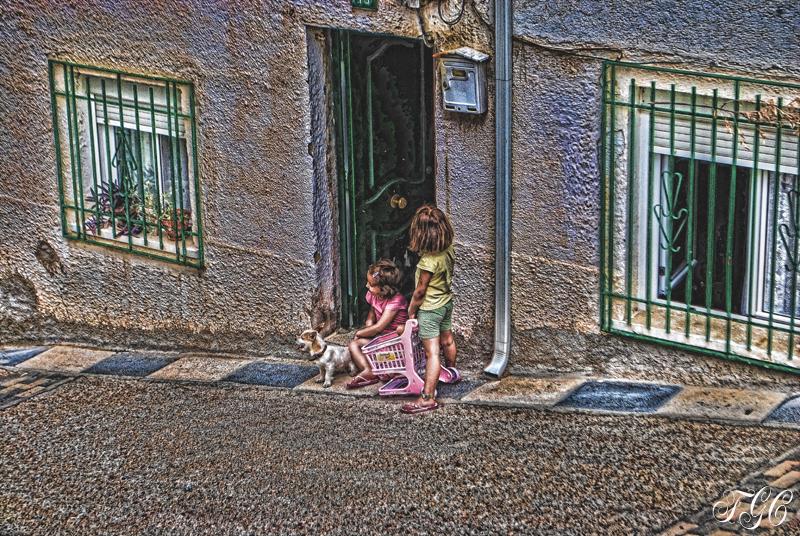 Niñas a la puerta con perrito