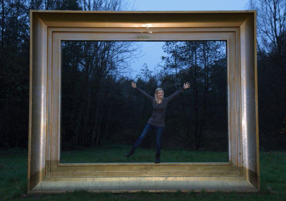 nicht aus dem rahmen fallen foto bild erwachsene outdoor portrait bilder auf fotocommunity. Black Bedroom Furniture Sets. Home Design Ideas