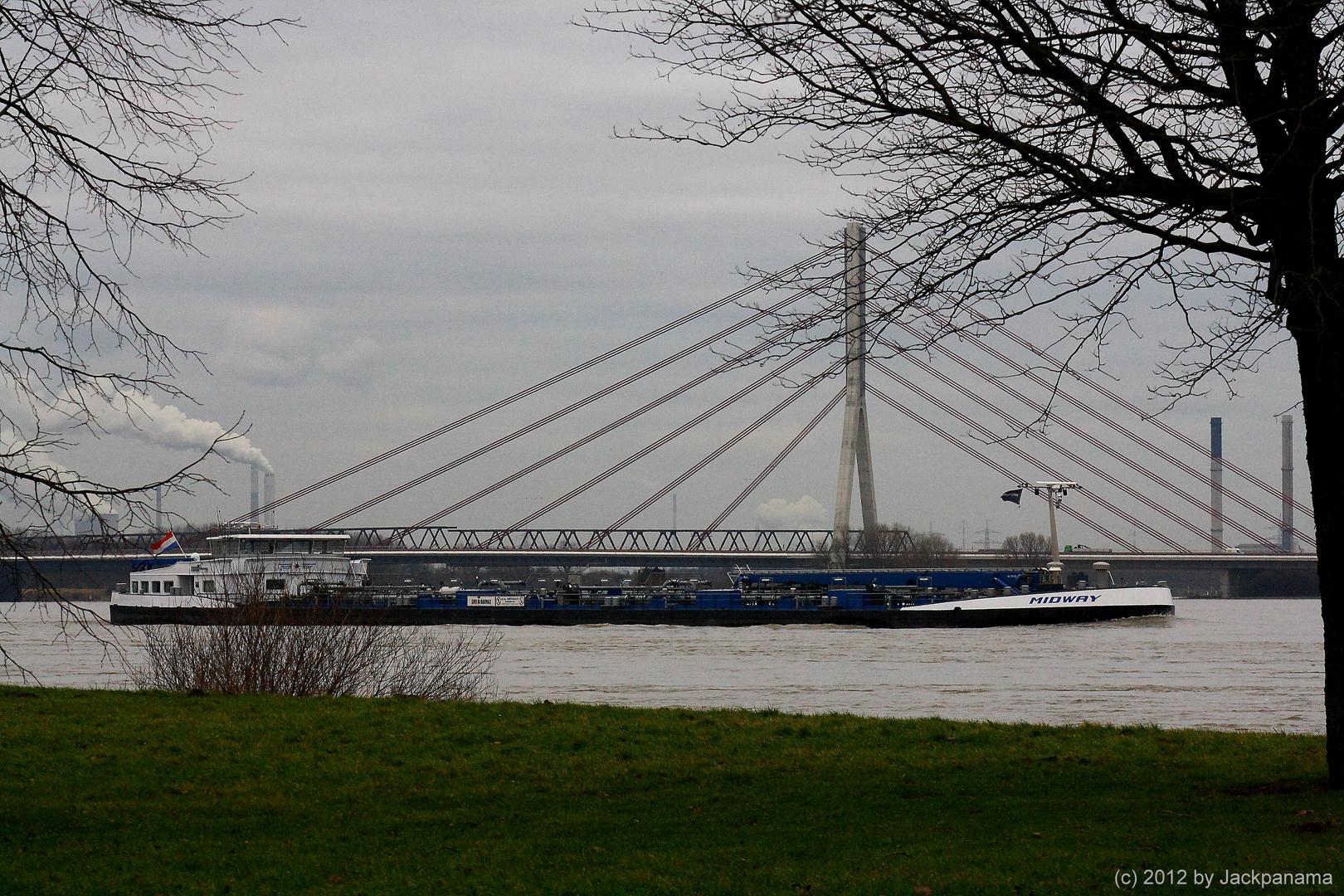 Niederländisches Schiff vor der neuen Niederrheinbrücke in Wesel