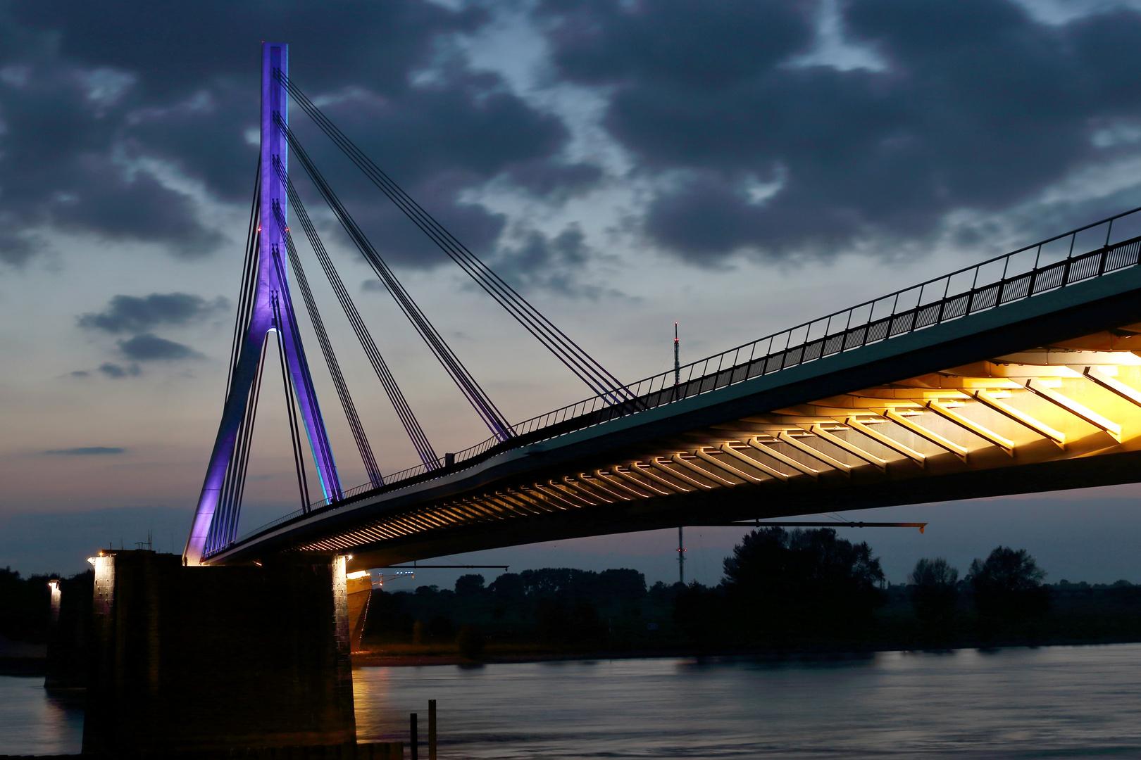 Niederrheinbrücke Wesel bei Nacht 1